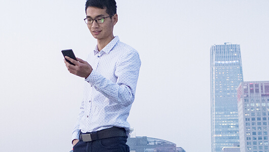 Man enjoying a poisitve mobile customer experience