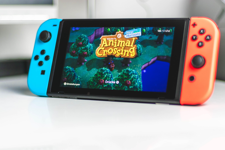 Visuel d'accueil du jeu vidéo Animal Crossing sur une console de jeu portative